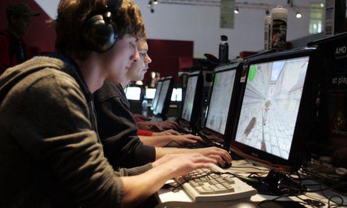 Spieler sitzen am Donnerstag, 6. November 2008, in Koeln an ihrem Computer und spielen Cyber Games. B