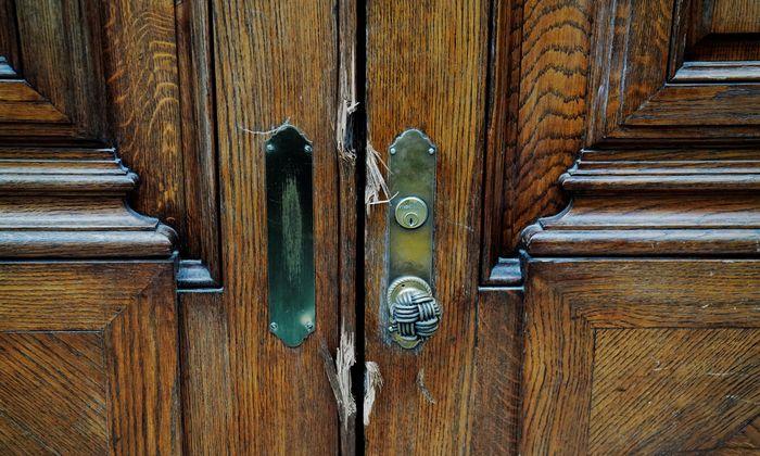 Die Polizei hat die Tür zum knapp 2000 Quadratmeter großen Haus Jeffrey Epsteins in der Nähe des Central Park in New York aufgebrochen.