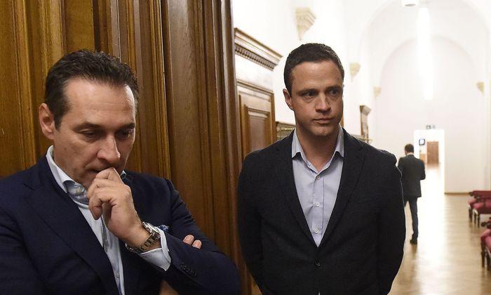 Archivbild: Strache (damals FPÖ-Chef, links) und Gudenus (damals FPÖ-Klubchef) im Oktober 2015 im Wiener Rathaus.