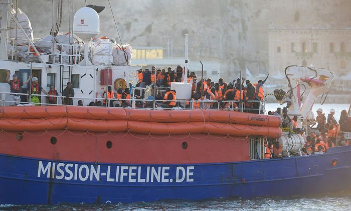"""Archivbild: Das Schiff der Organisation """"Lifeline"""" bringt aus Seenot gerettete Menschen nach Malta."""