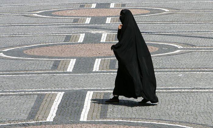 Auf Ämtern und im Bildungsbereich sollen Frauen keine Burka tragen dürfen.