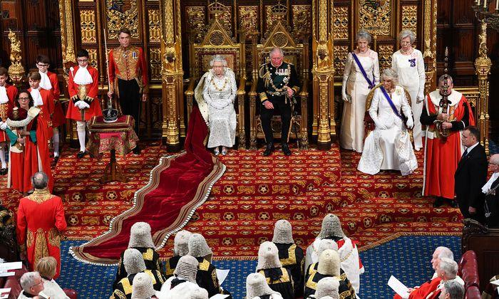 """In ihrer """"Queen's Speech"""" verkündete Königin Elisabeth zum 65. Mal das von der Regierung entworfene Programm."""