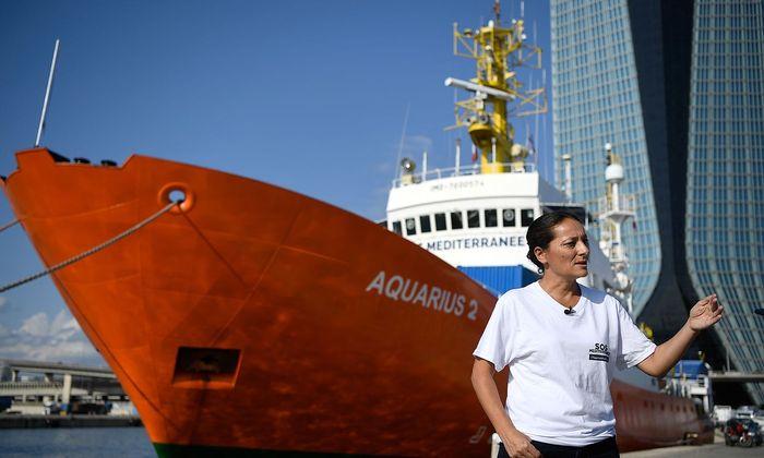 """Archivbild der """"Aquarius 2"""" bei einem Medientermin im Hafen von Marseille."""