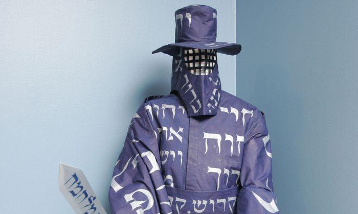 Was hat das nur hier zu suchen? Der Talisman- Schutzanzug des Künstlers Michael Berkowitz ist mit Schriftzeichen übersät – sie galten den Kabbalisten als Waffe gegen das Böse.