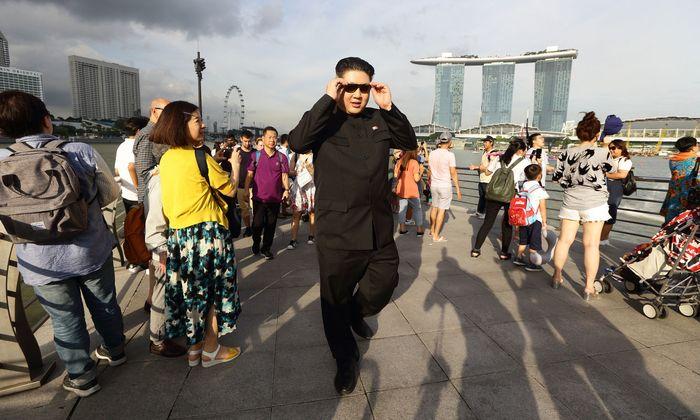 Howard X, der australische Imitator von Nordkoreas Machthaber Kim, durfte zwar nach Singapur einreisen, muss sich aber von der Sperrzone