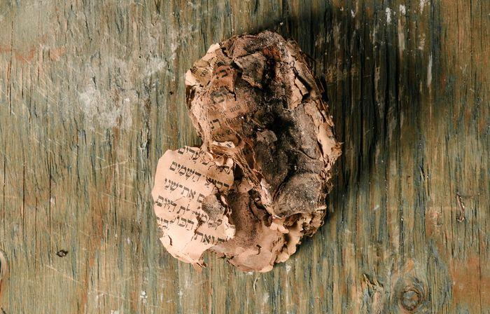 """Angesengte Bücher: Die unterirdische """"Zeitkapsel"""" offenbarte Spuren des Alltags wie der Zerstörung."""