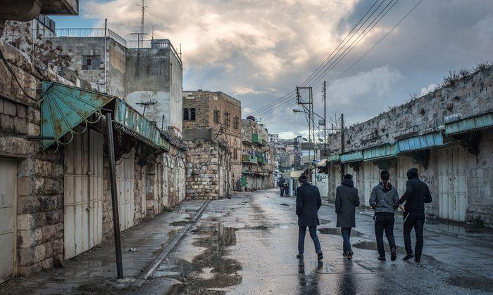Jugendliche in den Straßen der Stadt Hebron, die Juden und Palästinensern gleichermaßen heilig ist – und für die es eine Sonderregelung gibt.