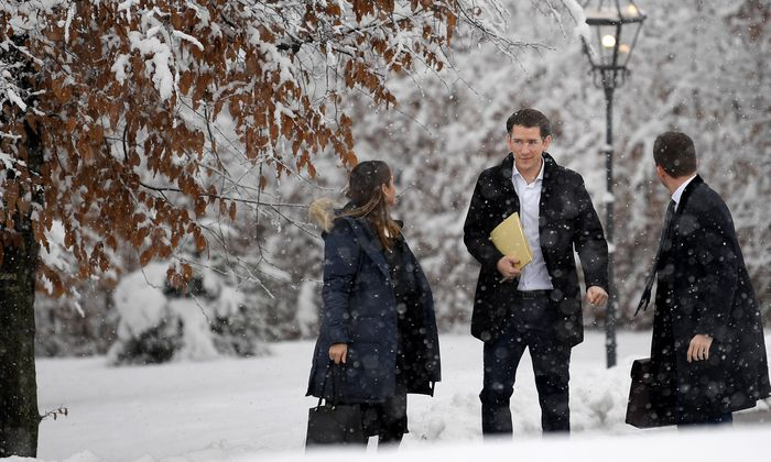 Bundeskanzler Sebastian Kurz (ÖVP) kämpft sich durch das verschneite Mauerbach zur Klausur. Gestern ging es um die Steuerreform, heute, Freitag, geht es um eine Reform der Pflege.