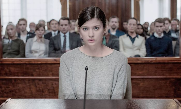"""Die 18-Jährige Maja wird in """"Quicksand"""" beschuldigt, ihre Schulfreunde erschossen zu haben."""