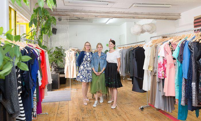 """Karin Kuranda (""""Endlos Fesch""""), Designerin Maria Korelskaya und Stilberaterin Sabrina Prantl (v. l.) zwischen den Ausleihkleidern."""