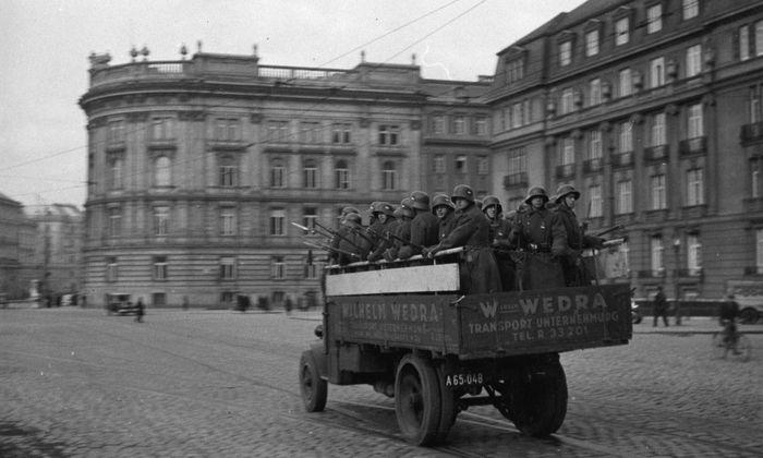 """Der Schwarzenbergplatz während des Februaraufstands 1934: Soldaten werden zu den Kampfstätten gebracht. Die Nationalsozialisten wollten in dieser Zeit einen Vorwand zum """"Eingreifen"""" provozieren."""