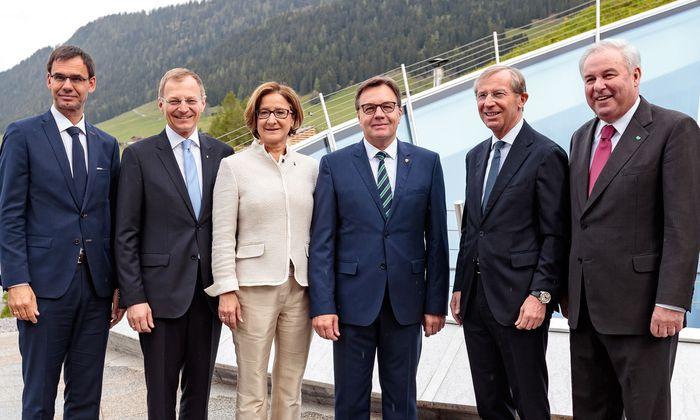 Zwei Landeshauptleute-Generationen: Markus Wallner, Thomas Stelzer, Johanna Mikl-Leitner, Günther Platter, Wilfried Haslauer und Hermann Schützenhöfer (v. l.).