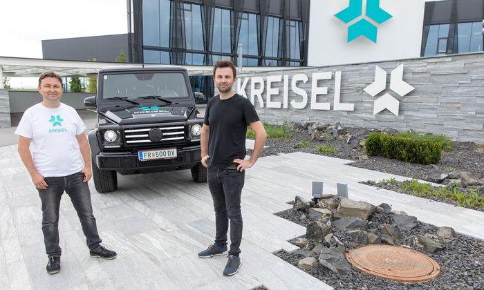 Die Brüder Johann und Philipp Kreisel vor ihrer neuen Zentrale und der Electric-G-Klasse.