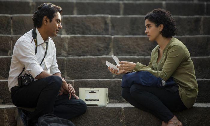 Zwei Menschen aus so unterschiedlichen Klassen würden in der Realität nie so viel Zeit miteinander verbringen wie in diesem Film: Nawazuddin Siddiqui und Sanya Malhotra als Rafi und Miloni.