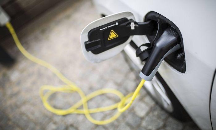 Ein Elektroauto wird an einer Ladesaeule geladen Berlin 24 04 2018 Berlin Deutschland *** An elec