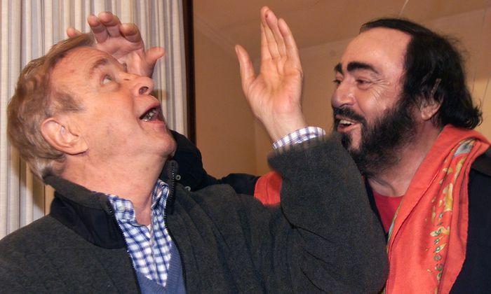 Zeffirelli (li.) im Jahr 2000 mit Tenor Luciano Pavarotti.