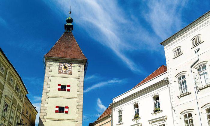 Der Ledererturm am Stadtplatz von Wöls (=Wels) ist das Wahrzeichen der Stadt.
