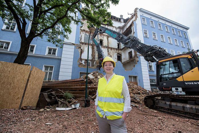 """Voraussichtlich bis Ende August dauern die Abrissarbeiten: Hochbauingenieurin Adele Beganovic vor dem """"Blauen Haus""""."""