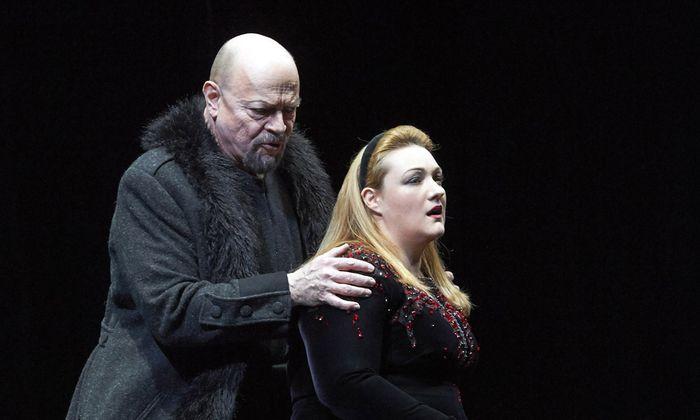 Kein netter Halbbruder: Eric Halfvarson als Hagen mit Regine Hangler als Gutrune.