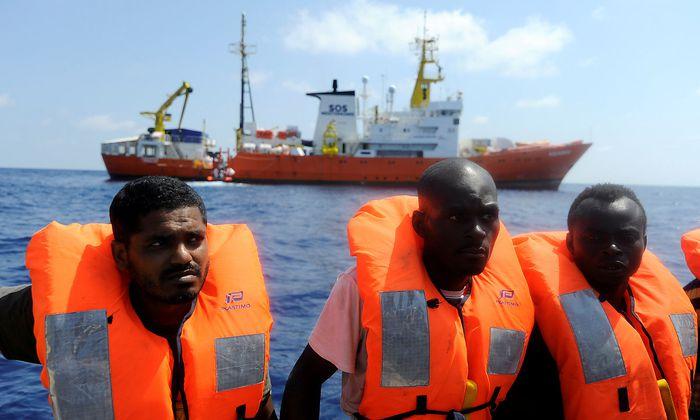 """Migranten werden aus dem Meer gerettet und auf die """"Aquarius 2"""" (im Hintergrund) gebracht - sehr zum Ärger des italienischen Innenministers Matteo Salvini."""