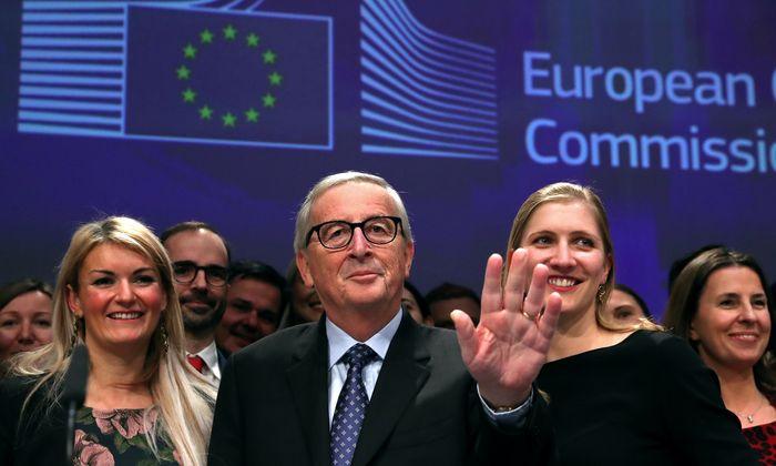 Umringt von seinem Pressedienst nahm Jean-Claude Juncker am Freitag Abschied von der politischen Bühne.