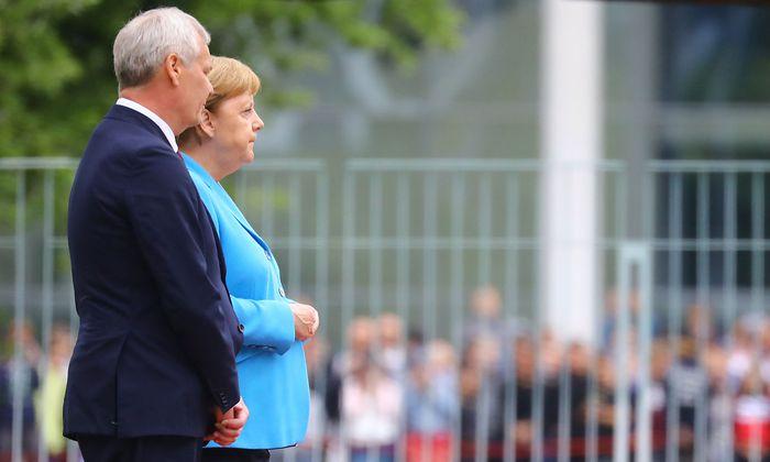 Angela Merkel mit Antti Rinne beim Empfang in Berlin.