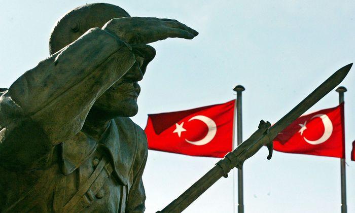Symbolbild: Krieger-Denkmal vor türkischen Flaggen