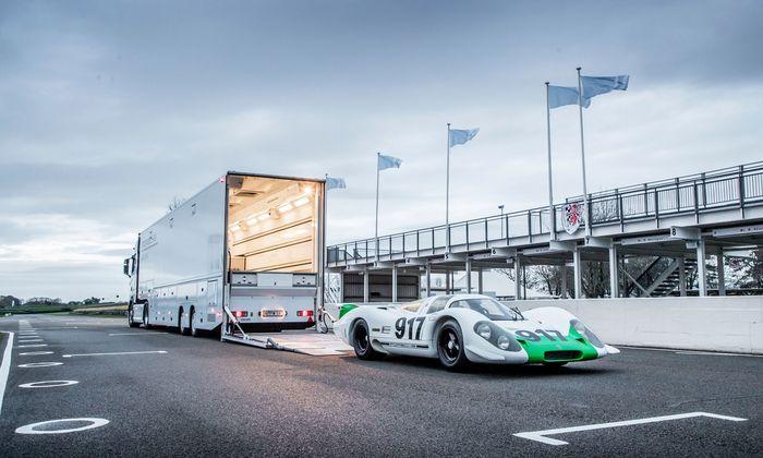 """Sie nannten ihn das """"Geschwür"""": Zum runden Geburtstag ließ Porsche ein restauriertes Original des 917 in Goodwood vom Stapel."""