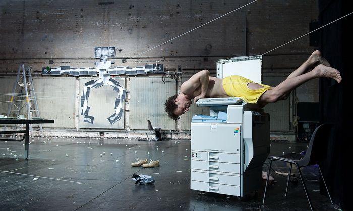 """Joachim Meyerhoff als """"Ich"""", Protagonist von Thomas Melles Roman """"Die Welt im Rücken"""", kopiert sein bestes Stück für ein Kunstwerk im Wiener Akademietheater."""