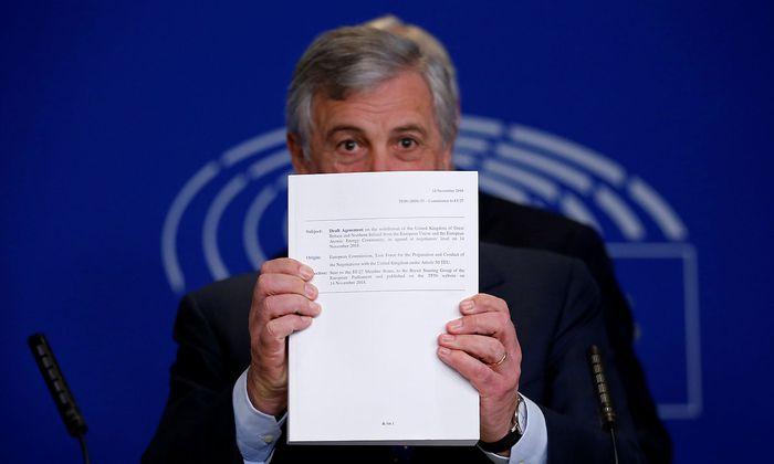 EU-Parlamentspräsident Tajani hält das Übereinkommen über den Brexit in Händen.