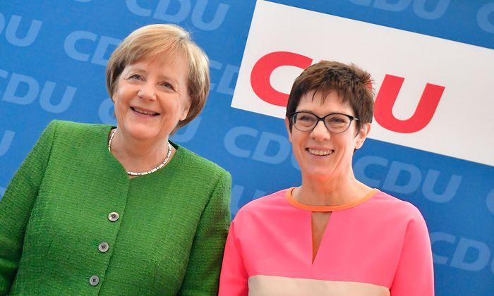 Die designierte CDU-Generalsekretärin Kramp-Karrenbauer (rechts) und ihre Mentorin Merkel.