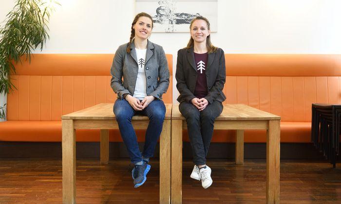 Sandra Falkner (l.) und Claudia Bergero haben sich in Wien in einem Kochstudio eingemietet und produzieren dort natürlichen Kaugummi aus Baumharz, Bienenwachs und Birkenzucker.
