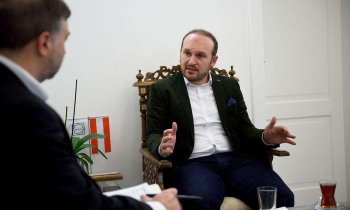 Der neue IGGÖ-Präsident, Ümit Vural, spricht sich beim Kopftuch gegen Verbote aus und will lieber Eltern aufklären.