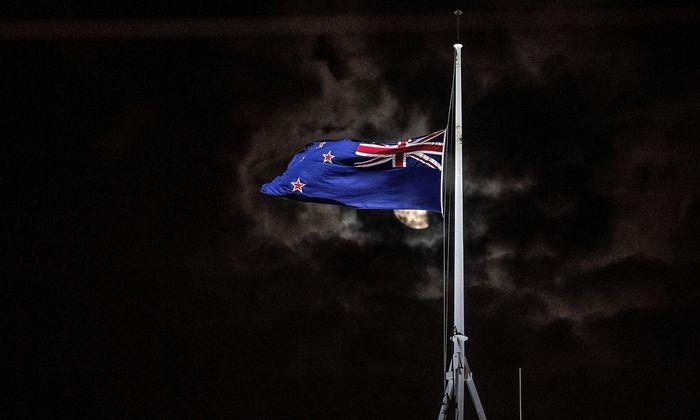 Flagge auf Halbmast. Ganz Neuseeland trauert nach dem schrecklichen Attentat auf Muslime in der Stadt Christchurch.