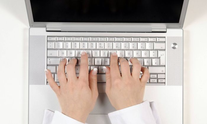 Frau schreibt am Laptop