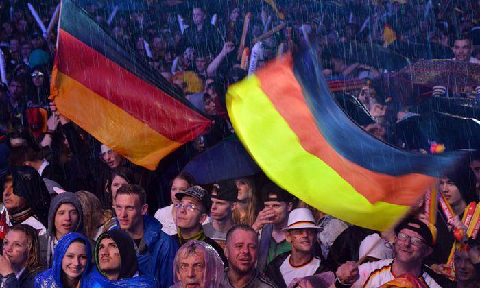 Fans auf der Berliner Fanmeile am Brandenburger Tor verfolgen das Spiel Deutschland Algerien anl�ssl