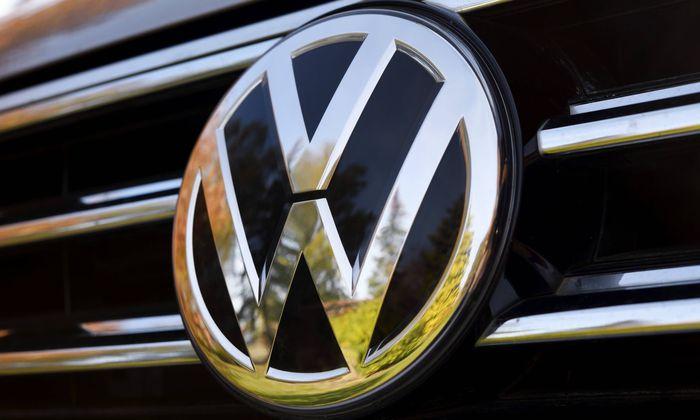 VW Zeichen auf einem Auto *** VW sign on a car