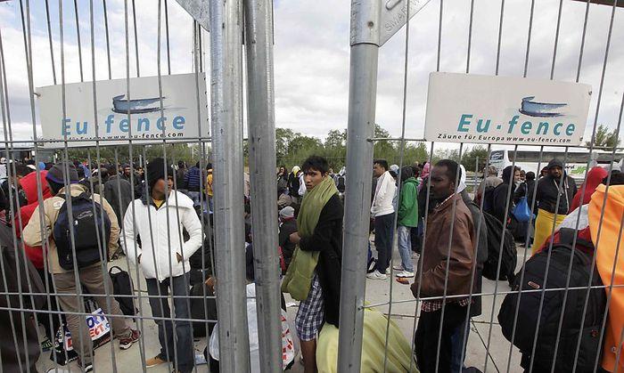 Flüchtlinge am Grenzübergang Nickelsdorf warten auf Busse