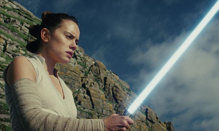 Die Rebellin Rey (Daisy Ridley) hat den verschollenen Luke Skywalker ausfindig gemacht, von dem sie sich ausbilden lassen will. Aber auch die dunkle Seite der Macht hat bereits Kontakt zu ihr aufgenommen.