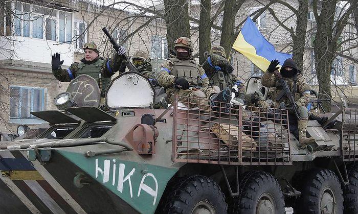 Eine ukrainische Patrouille in Volnovakha in der Region Donezk.
