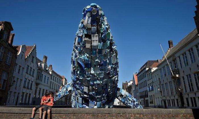 Ein Blauwal aus Plastikschrott macht in Brügge auf das Problem aufmerksam.