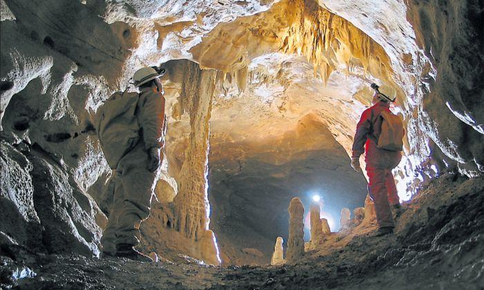 Staunen und ständig Neues entdecken: Höhlenforscher im tropfsteingeschmückten Märchengang der Raucherkahrhöhle.