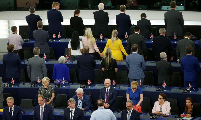 Die Abgeordneten der Brexit Party drehten dem EU-Parlament beim Abspielen der Europahymne den Rücken zu.
