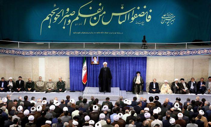 """Ayatollah Ali Khamenei, oberster Führer des Iran, glaubt momentan noch nicht an einen Krieg. Doch das Land bereitet sich auf alle Szenarien vor – von """"Konfrontation bis Diplomatie""""."""