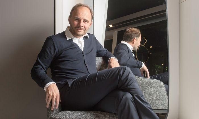 Gesetzt. Der Designer Emmanuel Gallina nimmt Platz im neuen Poliform-Showroom in Wien.
