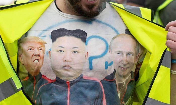 Symbolbild: Foto auf einem T-Shirt von Trump, Kim und Putin