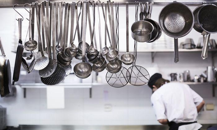 Der Koch wurde zum Symbol für den Fachkräftemangel. Er sei schwer zu finden, sagen die einen – man müsse ihn nur besser bezahlen, sagen die anderen.