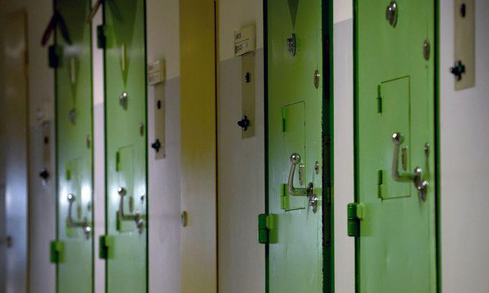 In manchen Gefängnissen gehen die Türen zu den Hafträumen nur für ein bis zwei Stunden täglich auf.