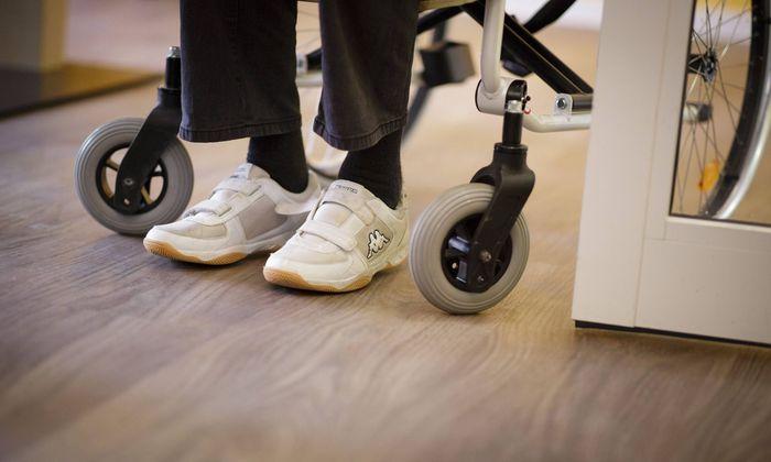 Fuesze eines Mannes der im Rollstuhl sitzt Aufgenommen in einem Pflegeheim 27 04 2018 Berlin NU