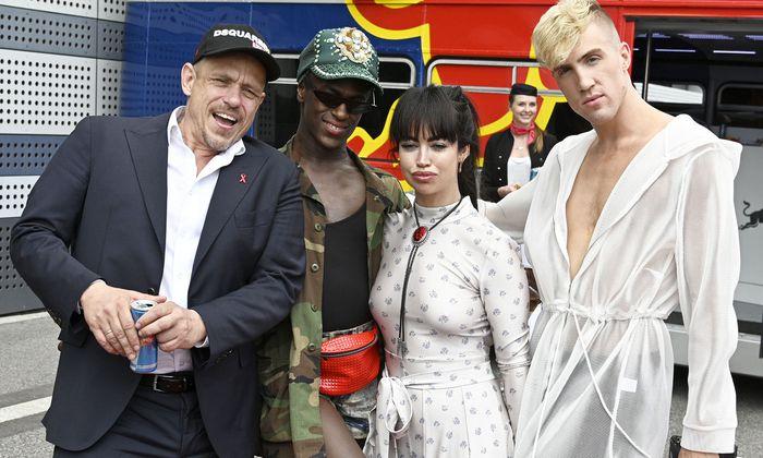 Bei der Ankunft in Wien, von links: Ballorganisator Gery Keszler, Jonte' Moaning, Aura Dione und Miles Keeney.